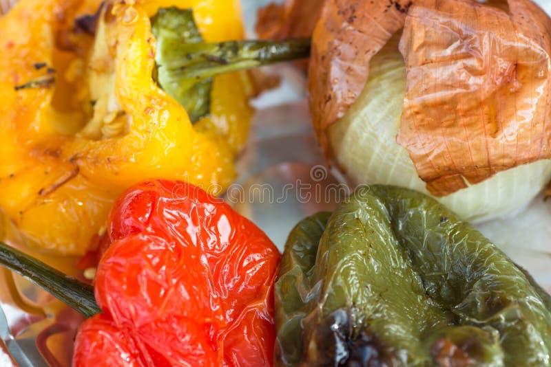 Горячие зажаренные луки Capsicums желтого зеленого цвета закалённых овощей красные в фольге подкраской Культура здоровой еды улиц стоковые изображения