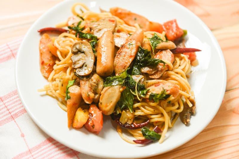 Горячие и пряные чили и базилик томата макаронных изделий спагетти выходят взгляд сверху - традиционная очень вкусная сосиска спа стоковая фотография