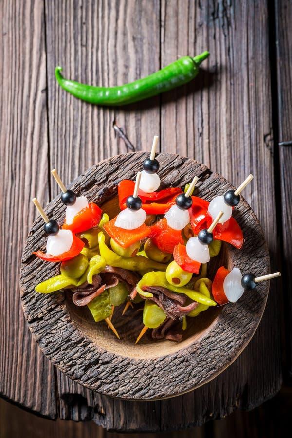 Горячие и пряные banderillas с перцами, оливками и камсами стоковая фотография rf