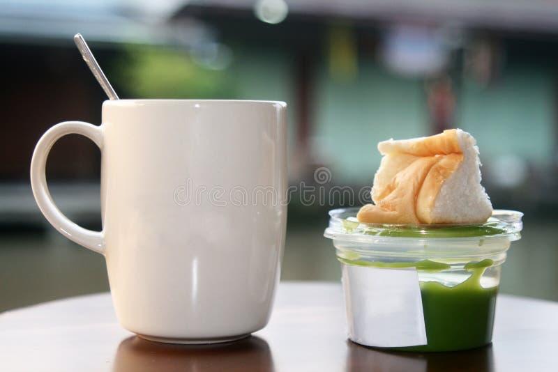 Горячие кофе и хлеб с pandan заварным кремом стоковая фотография rf