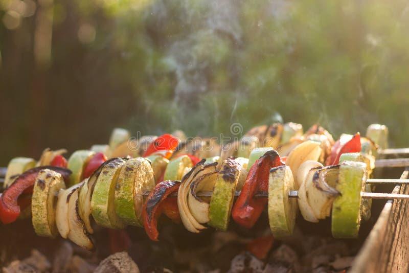 Горячие очень вкусные зажаренные marinated овощи сварили, в дыме, вне стоковое изображение