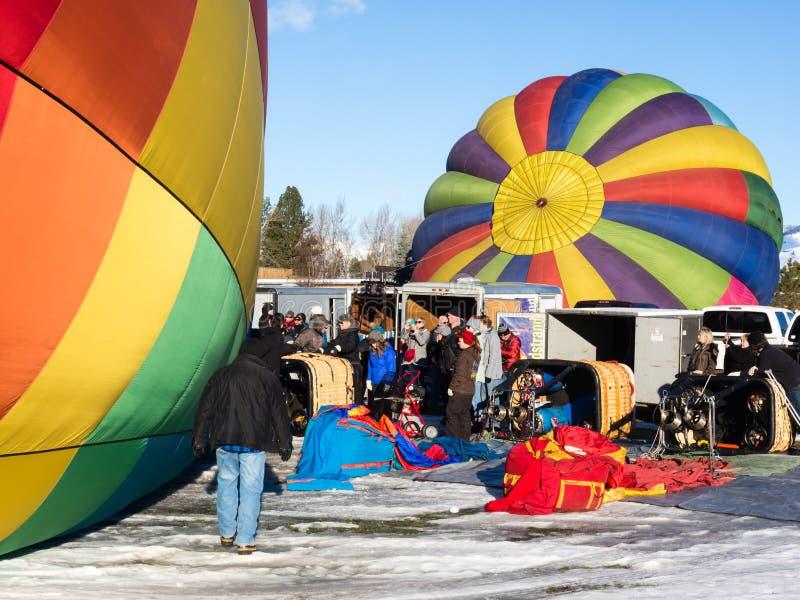 Горячие пилоты воздушного шара подготавливая для полета стоковые фотографии rf