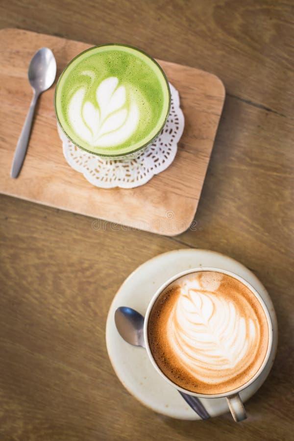 Горячие пить с чаем matcha кофе latte зеленым на деревянном столе стоковые изображения rf
