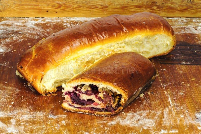 Горячие, свежие испеченные домодельные сладостные пироги, штрудель с вареньем на деревянной доске стоковое фото