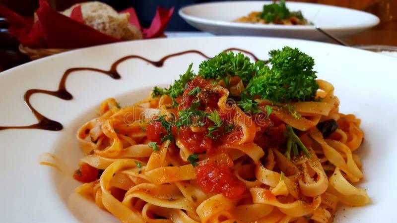 Горячие спагетти с томатным соусом стоковое изображение