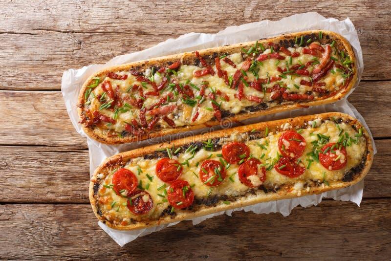 Горячие сэндвичи с беконом, грибами, томатами и концом-вверх сыра на пергаменте Горизонтальная верхняя часть взгляда стоковые фото