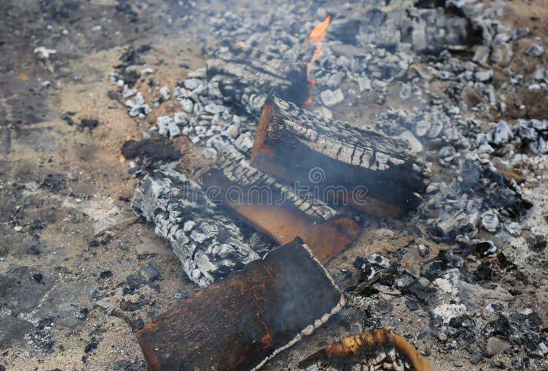 Горячие тлеющие угли и, который сгорели куски дерева стоковые изображения rf