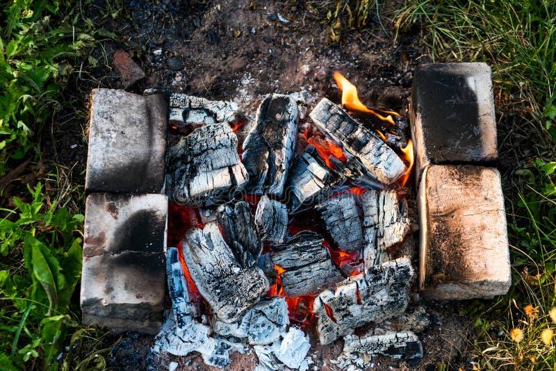 Горячие угли от лагерного костера верхни стоковые изображения rf