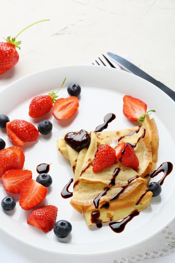 Горячие crepes с ягодами стоковое изображение rf