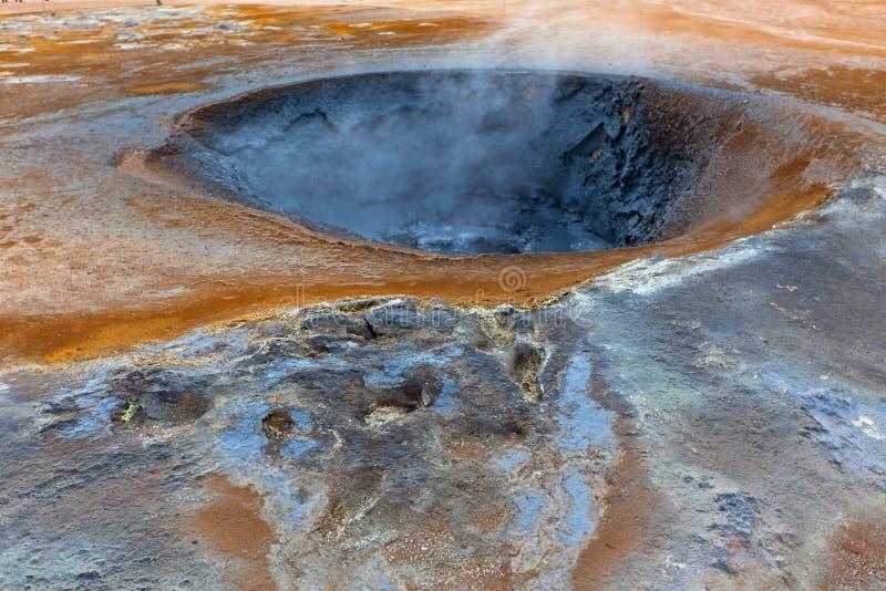 Горячий бак грязи в геотермической области Hverir, Исландии стоковые фото
