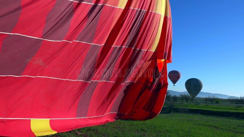 Горячий воздушный шар летая над ландшафтом утеса на Cappadocia Турции стоковые фото