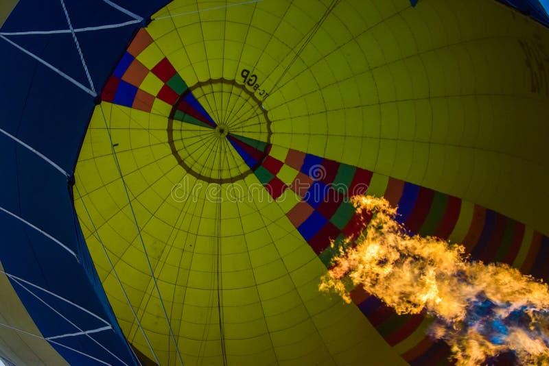 Горячий воздушный шар с перспективой огня взгляд изнутри стоковое изображение rf