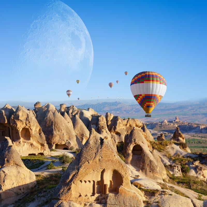 Горячий воздух раздувая в восходе солнца в Cappadocia, Турции стоковое изображение rf