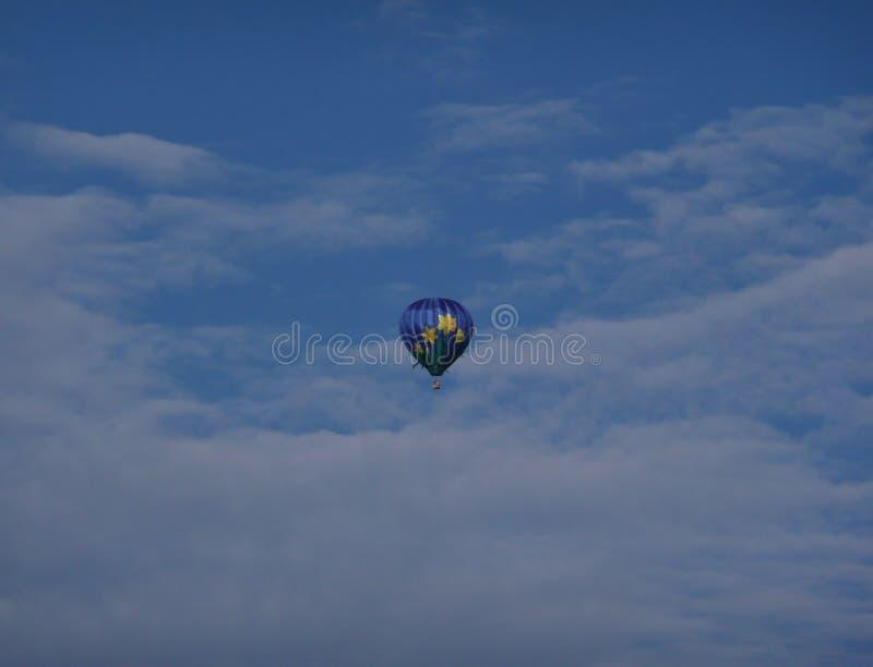 Горячий воздушный шар в облаках стоковая фотография rf