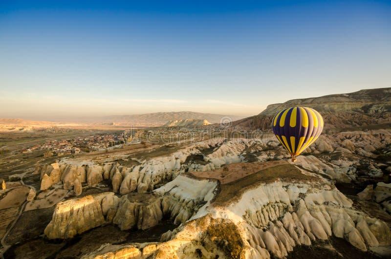 Горячий воздушный шар летая над ландшафтом вулканической породы, Cappadocia стоковая фотография rf