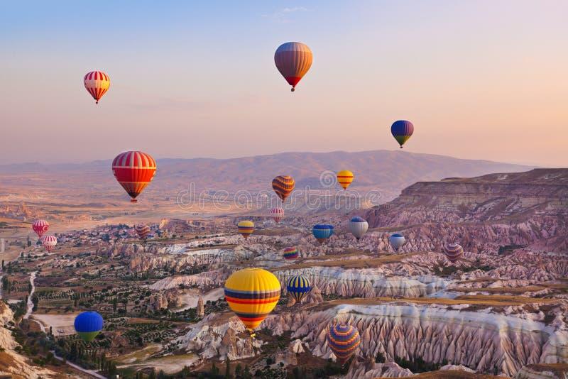 Горячий воздушный шар летая над Cappadocia Турцией стоковые фото