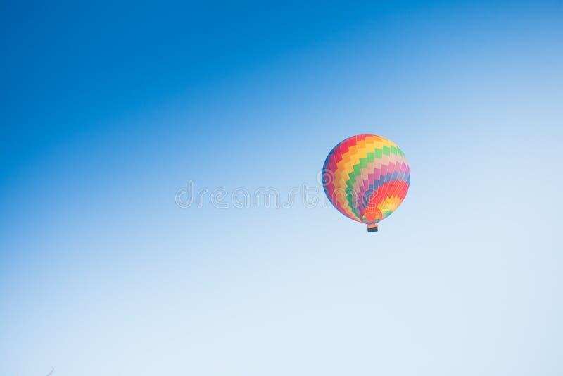 Горячий воздушный шар на небе в Лаосе стоковые изображения