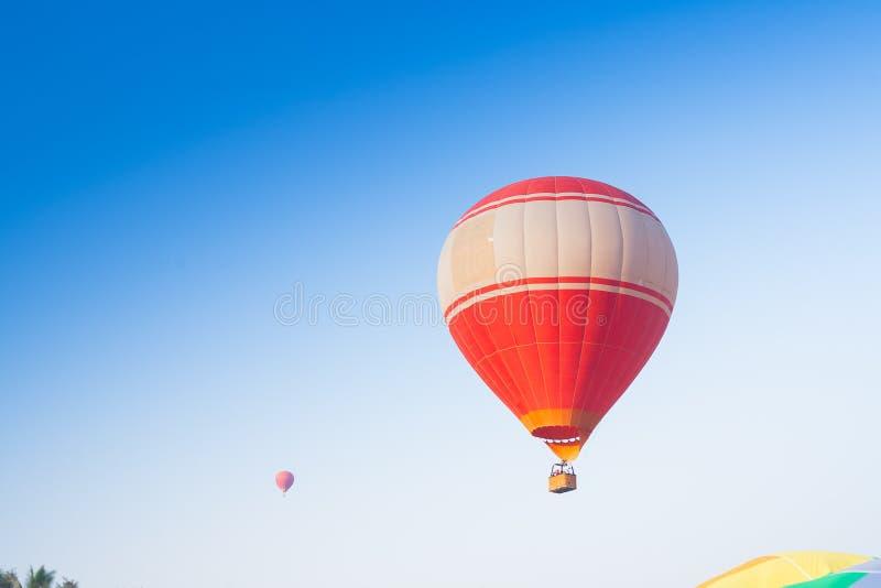 Горячий воздушный шар на небе в Лаосе стоковые фотографии rf