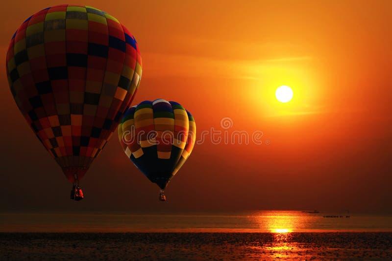 Горячий воздушный шар над пляжем в восходе солнца перемещение карты dublin принципиальной схемы города автомобиля малое стоковое фото