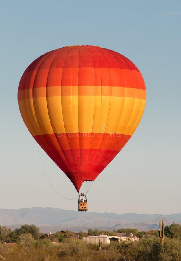 Горячий воздушный шар над северной пустыней Феникса стоковые фотографии rf