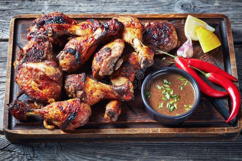 Горячий зажаренный ямайский цыпленок рывка на доске стоковое изображение rf
