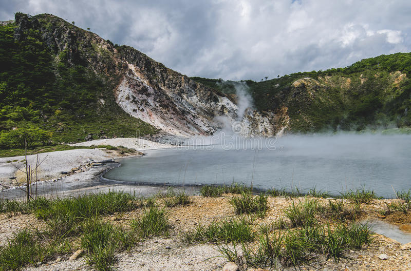 Горячий источник серы на озере Oyunuma, Noboribetsu Onsen, Хоккаидо, стоковая фотография rf