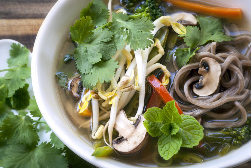 Горячий и кислый овощной суп с лапшами Soba и ростками фасоли стоковая фотография rf
