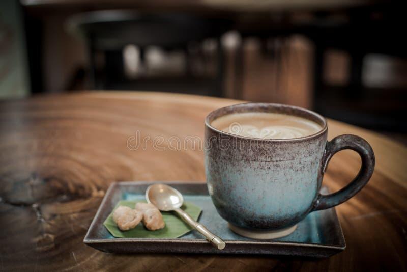 горячий кофе искусства latte на стиле деревянного стола, винтажного и ретро стоковое изображение rf