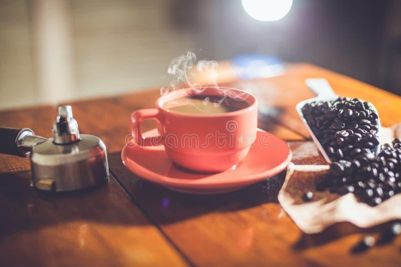 Горячий кофе на работе стола стоковые фотографии rf