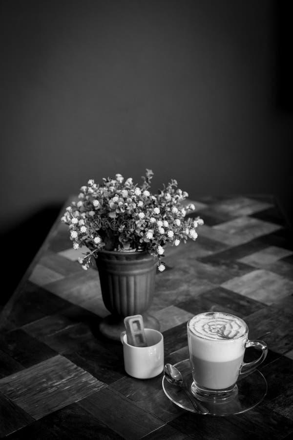 Горячий кофе Latte искусства в чашке на деревянном столе, черно-белом e стоковые изображения