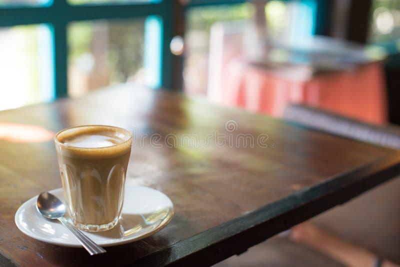 Горячий кофе Latte искусства в чашке на таблице стоковая фотография