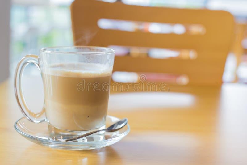 горячий кофе latte на стиле деревянного стола, винтажного и ретро стоковые изображения rf