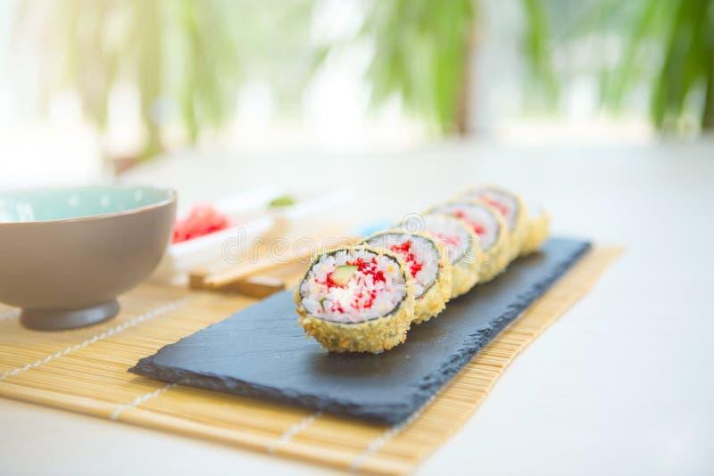 Горячий крен с плавленым сыром Глубокое зажаренное Salmon снаружи Зажаренные семгами суши Maki стоковое фото rf