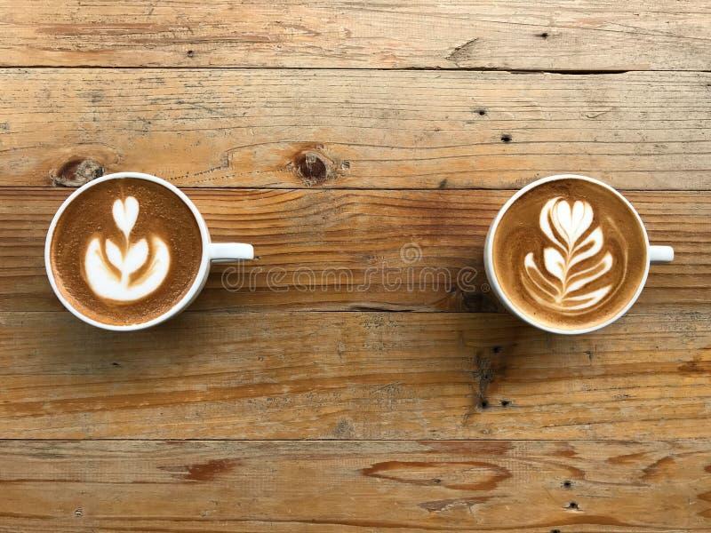 Горячий латте и капучино кофе на натуральном коричневом и ретро-образном дереве стоковая фотография