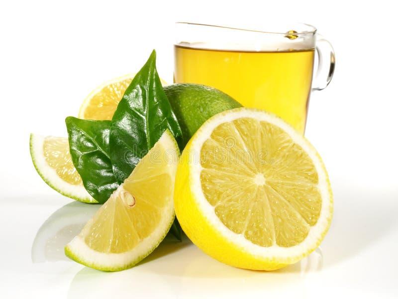 Горячий лимон с листьями на белой предпосылке стоковое фото
