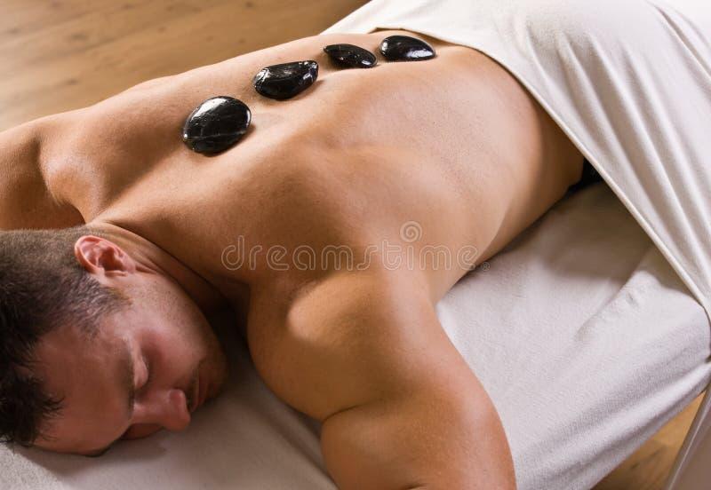 горячий массаж человека получая каменную терапию стоковые изображения rf