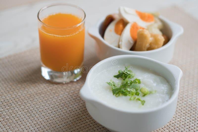 Горячий набор mush риса с апельсиновым соком на завтрак стоковая фотография rf