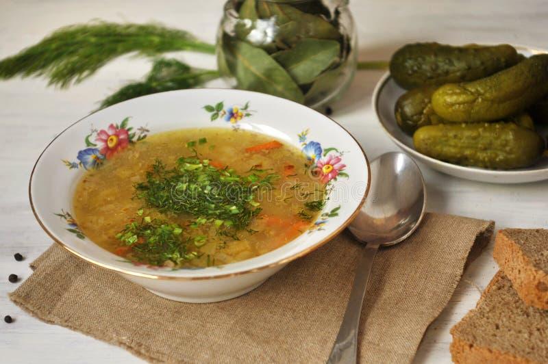 Горячий овощной суп в плите, хлебе и огурце Конец-вверх стоковое изображение rf