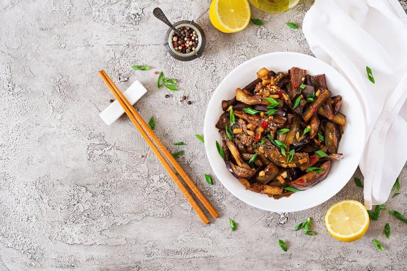 Горячий пряный баклажан тушёного мяса в корейском стиле с зеленым луком стоковые фото