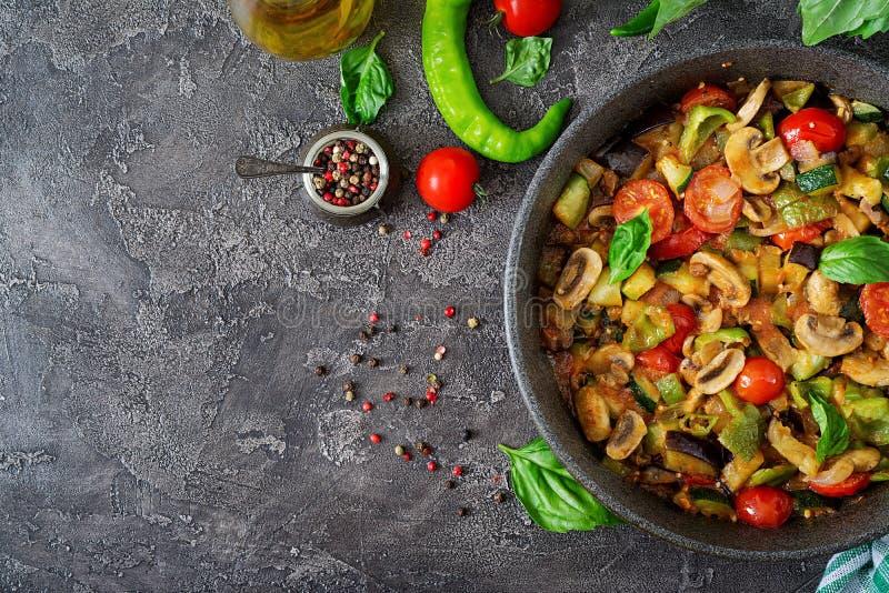 Горячий пряный баклажан тушёного мяса, сладостный перец, томат, цукини и грибы стоковые изображения rf