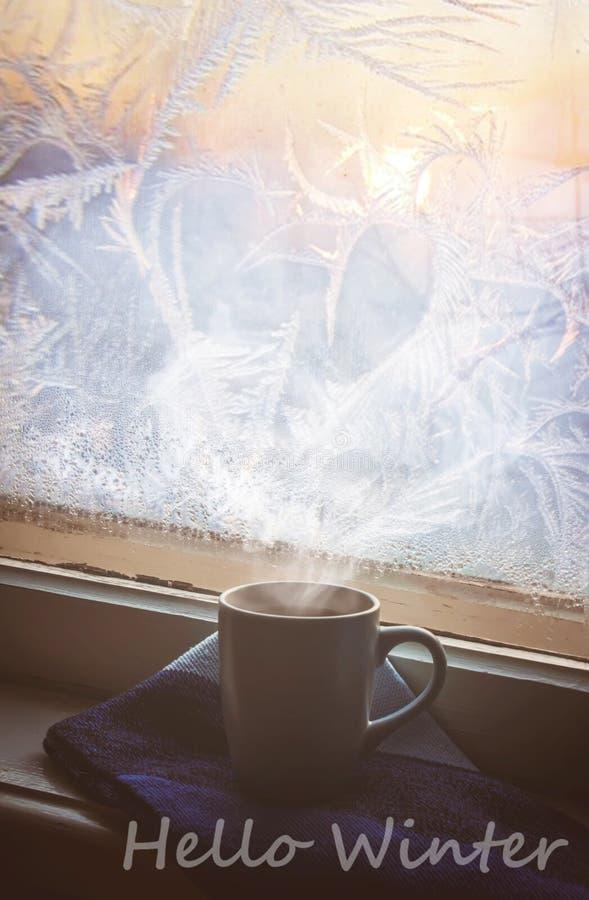 Горячий чай в баке около окна Селективный фокус стоковая фотография