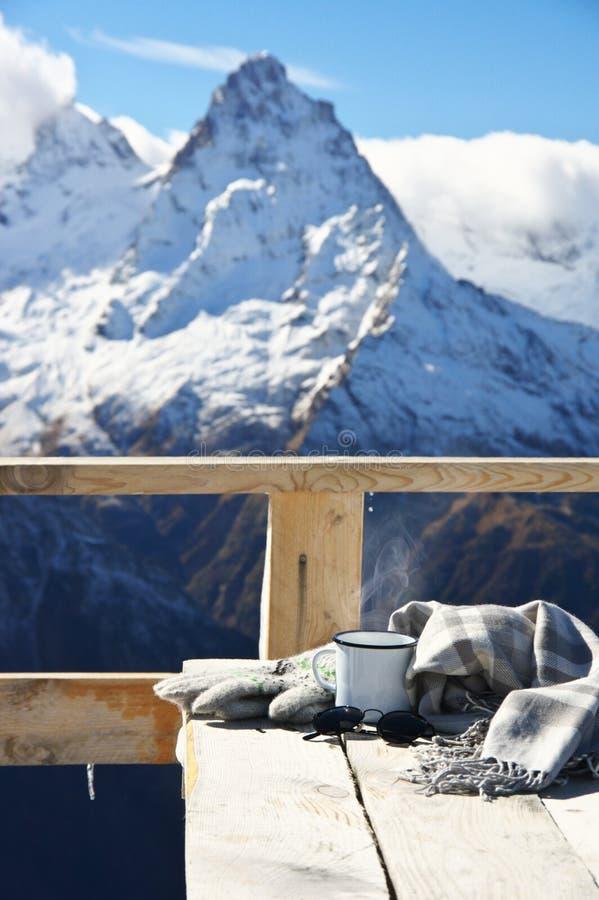 Download Горячий чай в горах зимы стоковое фото. изображение насчитывающей свобода - 81814184