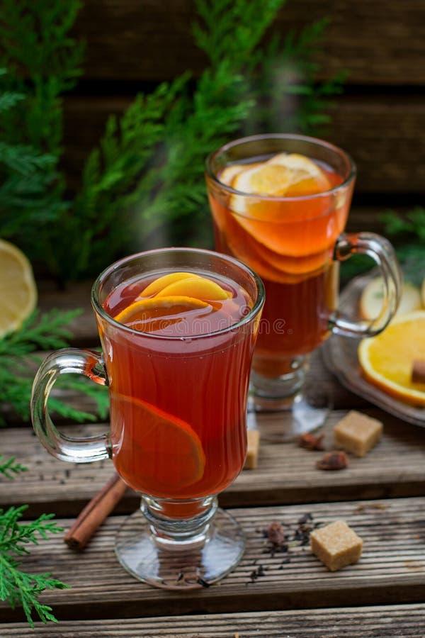 Горячий чай плодоовощ с апельсином, яблоком, лимоном, изюминкой и специями стоковое изображение rf