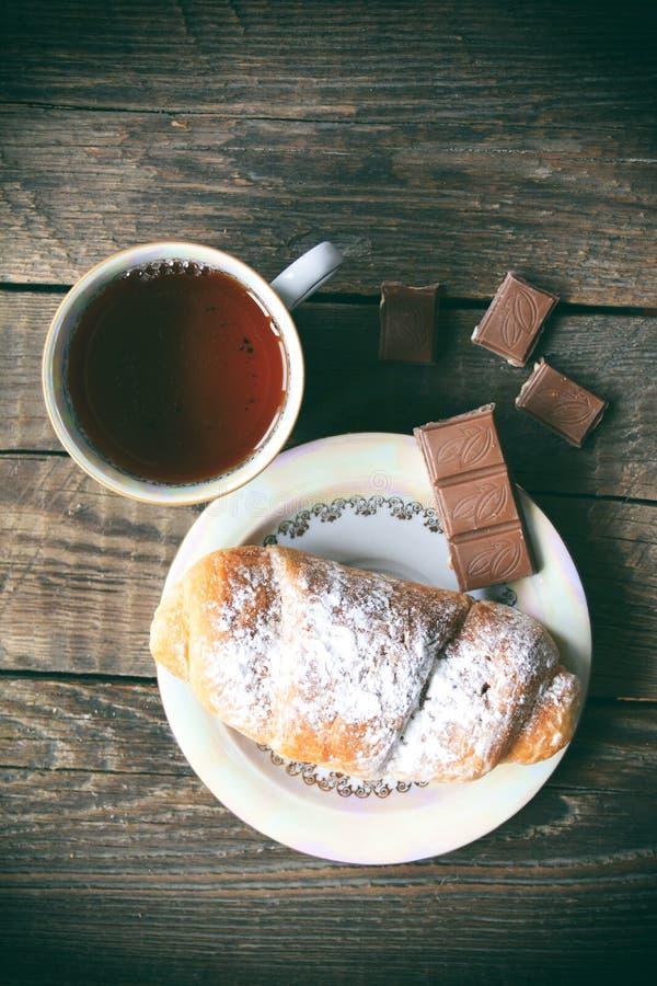 Горячий чай с круассаном и шоколадом тип повелительницы изображения штанги ретро куря стоковое фото rf
