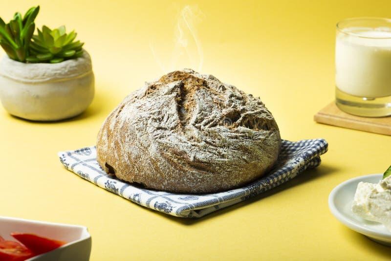 Горячий черный хлеб, который служат на желтой предпосылке стоковое фото