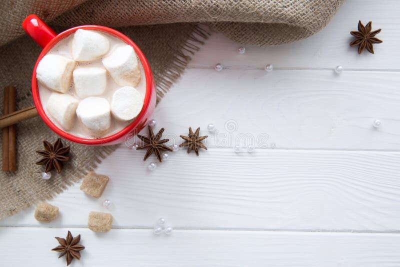 Горячий шоколад с молоком и зефиром на предпосылке мешковины Sp стоковое изображение rf