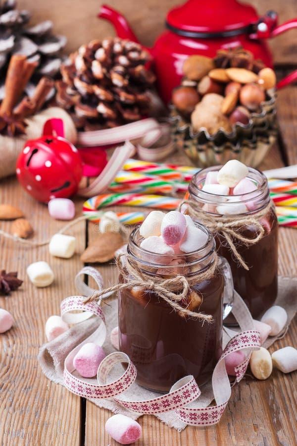 Горячий шоколад с зефирами и специями на таблице рождества стоковые фотографии rf