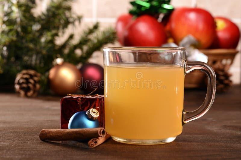 Горячий яблочный сидр с украшениями рождества стоковое фото rf