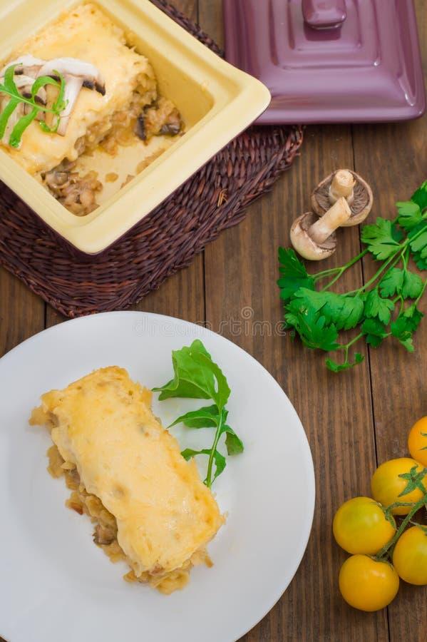 Горячий Julienne с сочным цыпленком, грибами, cream соусом и сыром Закуска мяса Деревянная предпосылка Взгляд сверху Конец-вверх стоковое изображение