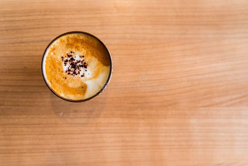 Горячий Mocha кофе на коричневом деревянном столе скопируйте космос стоковые фото
